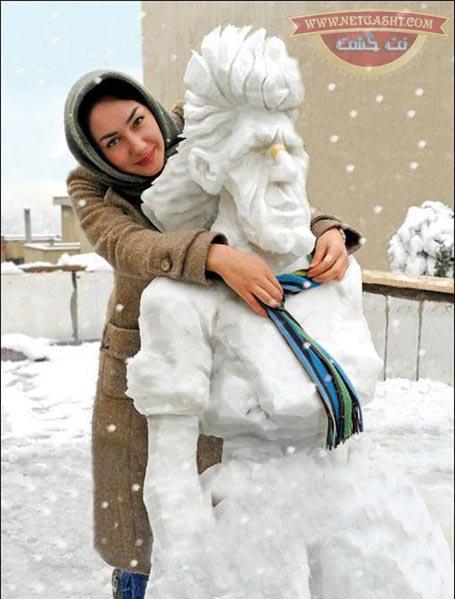 هانیه توسلی در حال برف بازی