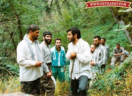 عکسی از جوانی های احمدی نژاد در حال کوهنوردی در جنگل