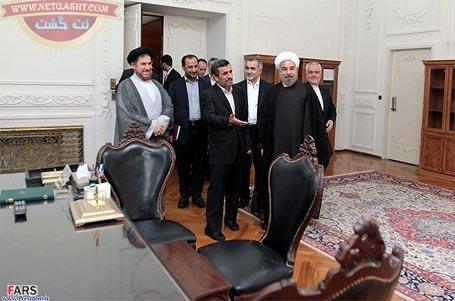دکتر احمدی نژاد کلید پاستور را به دکتر روحانی تحویل داد - گزارش تصویری