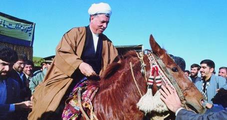 عکس هاشمی رفسنجانی در حال اسب سواری