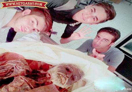 عکس یادگاری دانشجویان پزشکی با اجساد در سالن تشریح+ عکس
