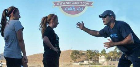 عکس عابدزاده در حال آموزش دروازه بانی به دختران آمریکایی