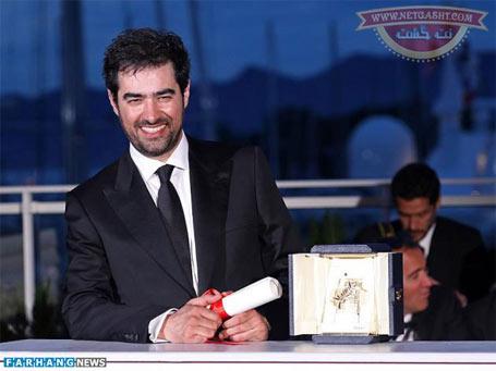 شهاب حسینی در هنگام دریافت نخل طلایی در جشنواره کن