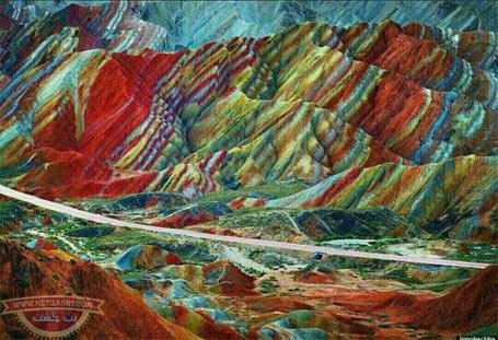 عکسی از کوههای رنگین کمانی آلاداغلار در ایران