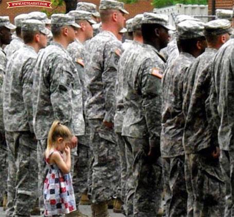 عکس دختر بچه ای که حتی فرمانده هم نتونست دلش رو بشکنه و باباش رو به سربازی بفرسته